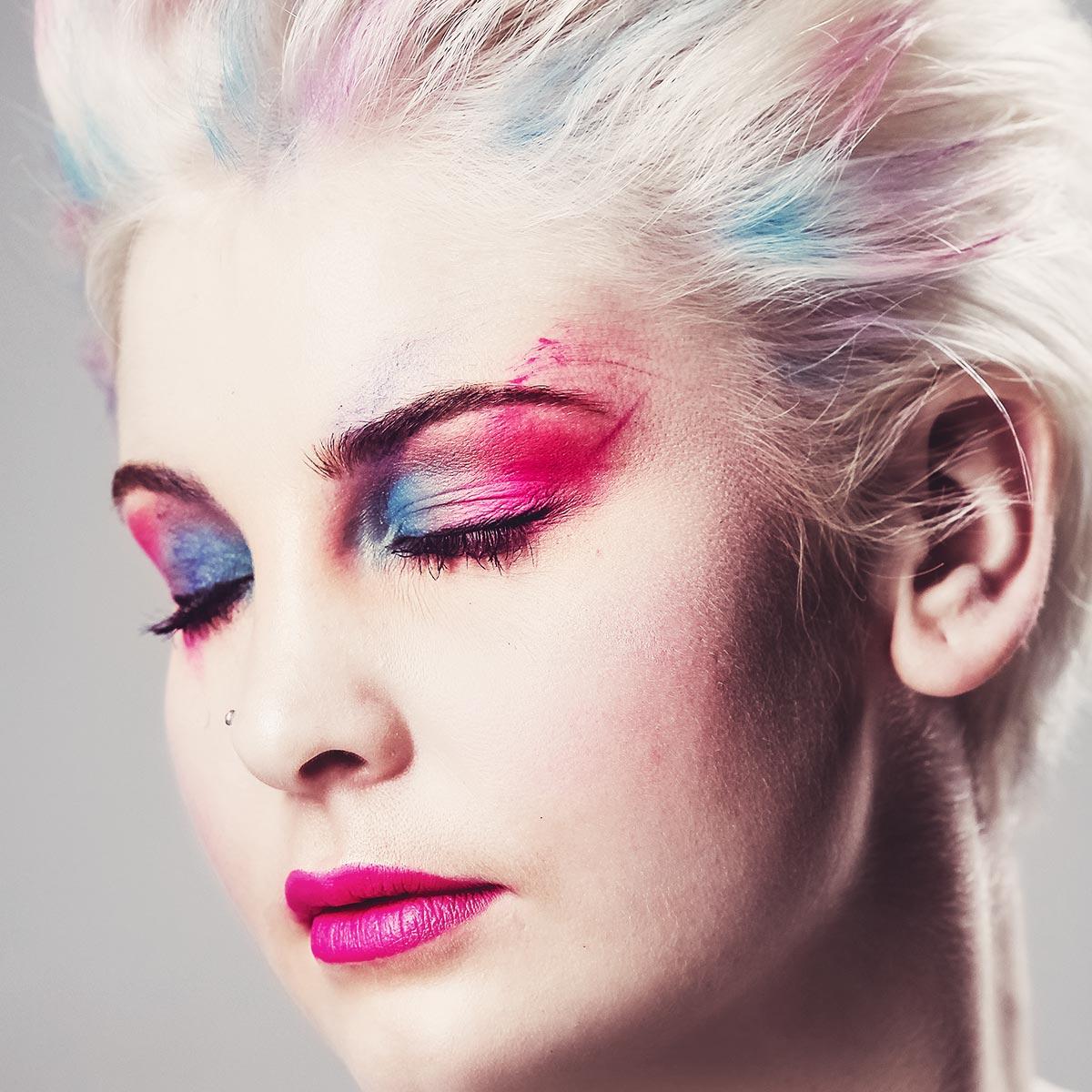 Haarfarben und Make-up Mutig den Trend steigern